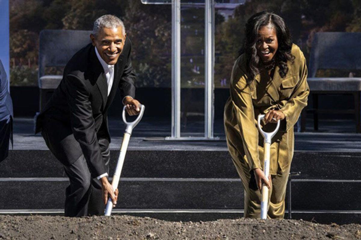 باراک اوباما و همسرش در حال بیل زدن! +عکس