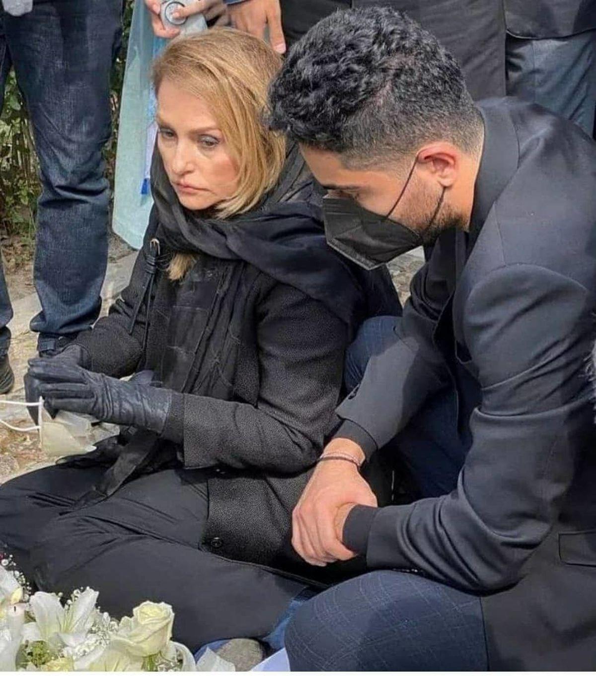 تیپ منشوری همسر جوان محمدرضا شجریان بر سر مزار استاد همه را شوکه کرد +عکس جنجالی