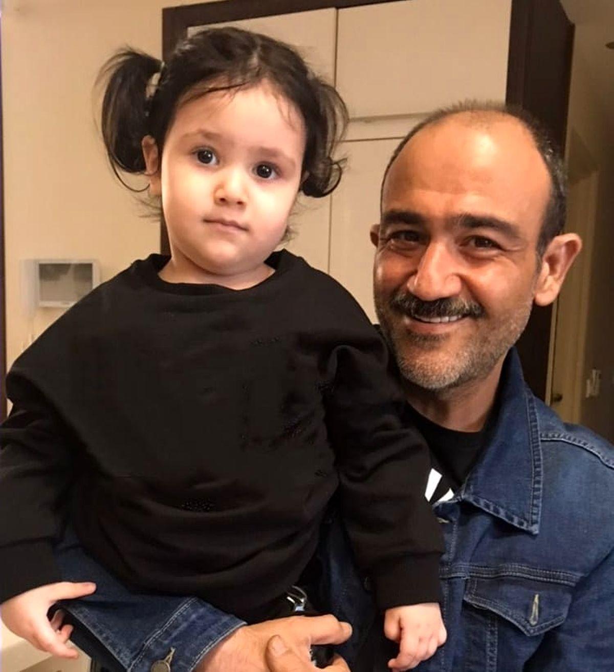 تیپ نامتعارف مهران غفوریان و دخترش برای رفتن به سوپرمارکت +فیلم